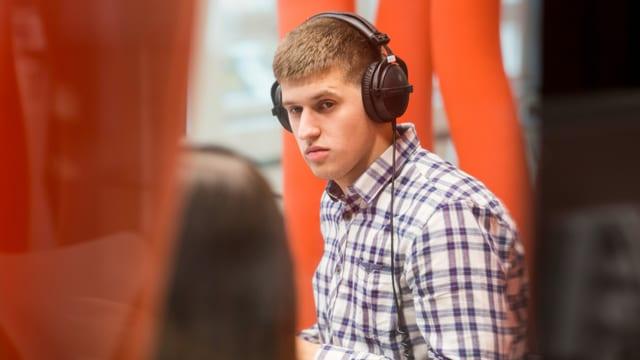 Adem Kujovic mit Kopfhörern im Radiostudio in Zürich