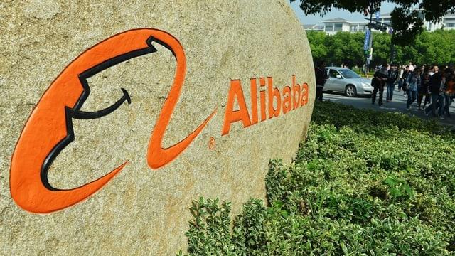 Alibaba-Logo auf einem Stein.