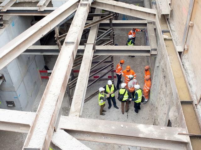 Bauleute auf der unterirdischen Baustelle des Kunsthauses