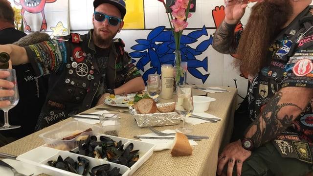 Sind sich von Festivals eigentlich nur Pasta gewohnt: Martin und Lukas bödelen mit Moules et frittes.
