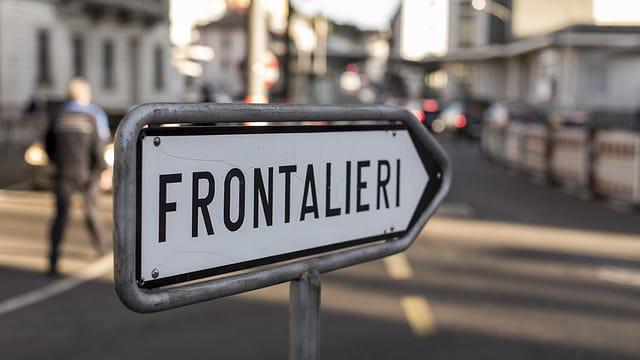 Ein «Frontalieri»-Wegweiser in Chiasso.