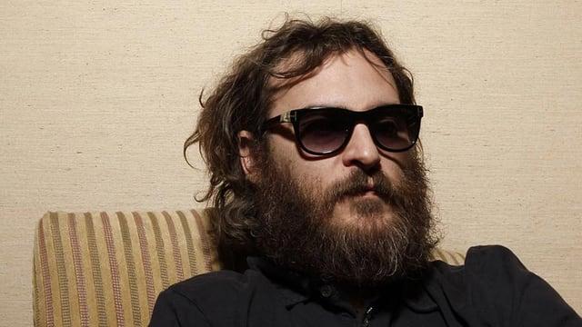 Mann mit langem Bart und Sonnenbrille