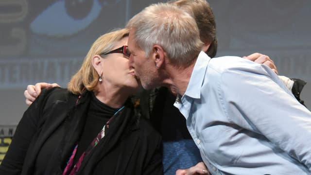 Carrie Fisher und Harrsion Ford küssen sich für die Kameras