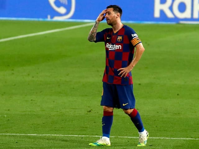 Lionel Messi langt sich an den Kopf