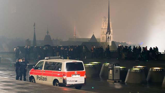 Silvester auf der ETH Terrasse. Leute feiern. Ein Polizeiauto steht auch da.