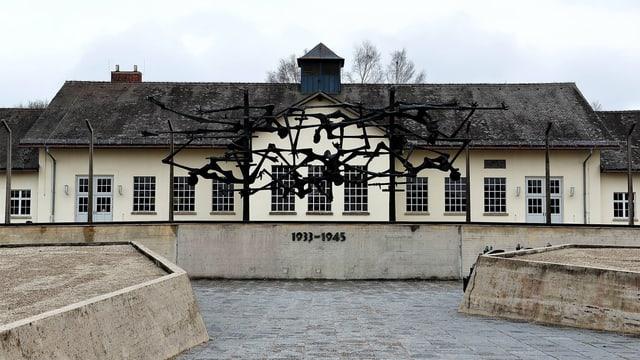 Gebäude mit Skulptur davor, die ausgehungerte Menschen darstellt.