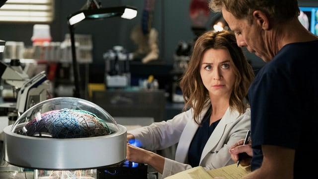 Mitten im Experiment: Dr. Amelia Shepherd und Dr. Tom Koracik