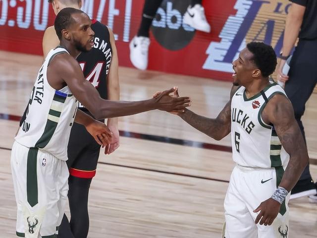 Khris Middleton (links) und Eric Bledsoe freuen sich nach dem Sieg über die Heats.