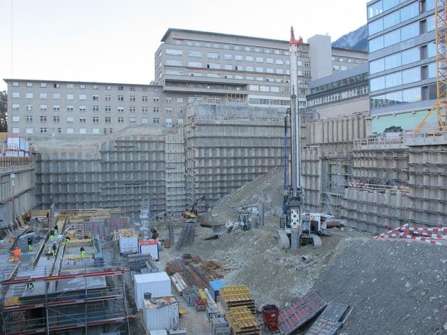Die Baustelle mit den bestehenden Gebäuden im Hintergrund.