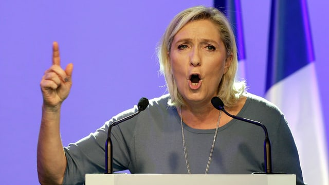 Politikerin Marine Le Pen gibt eine Rede.