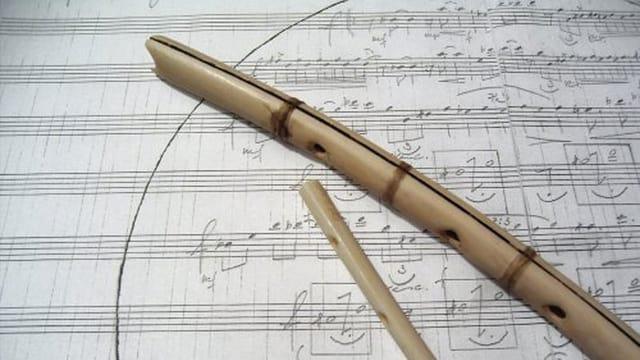 Zwei Flöten auf einer Notenpartitur