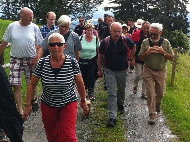 Eine Gruppe von Wandererinnen und Wanderern, mitten drin Ueli Maurer.