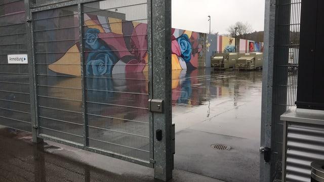 Die farbig angesprayte Gefängnismauer.