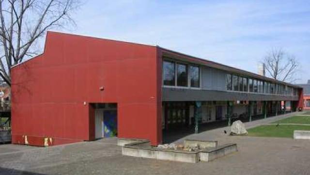 Ein Schulhaus von aussen.