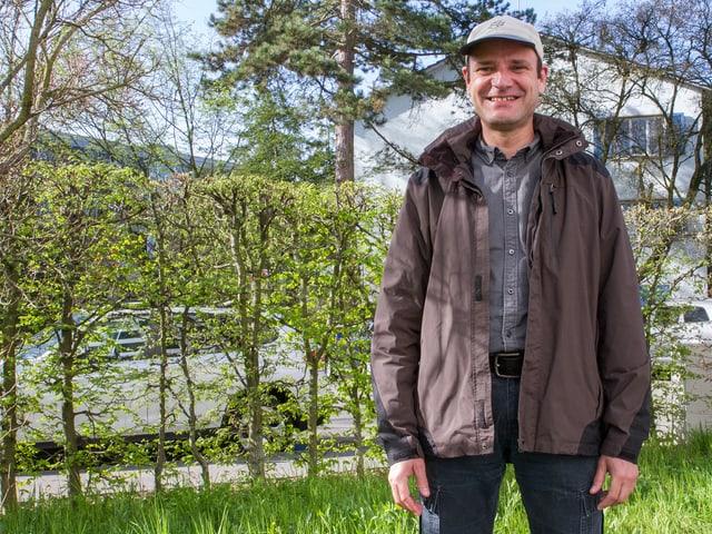 Bei Wind und Regen mit dem Velo zur Arbeit. In der Mittagspause auf einen Spaziergang. Wer sich so viel in der Natur bewegt wie der Outdoorträger, braucht eine Jacke, die jeder Witterung standhält.