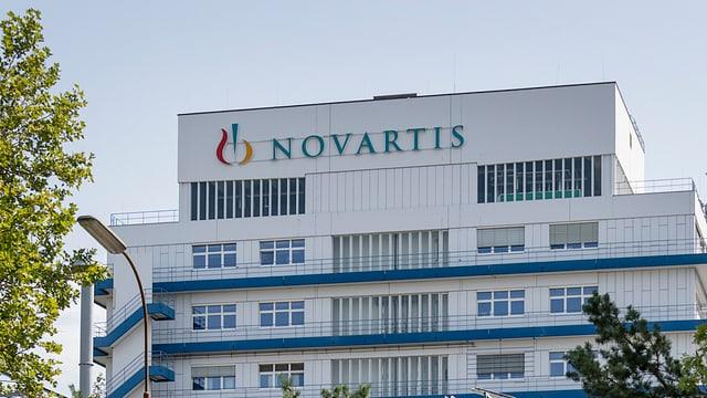 Il logo da Novartis vi d'in bajatg da l'interpresa.
