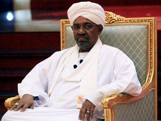 Sudans Präsident Omar al-Baschir sitzt auf einem Stuhl.