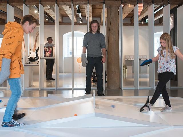 Fussminigolf - Links und Rechts sind in der Ausstellung spielerisch und mit allen Sinnen erlebbar