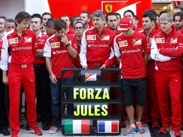 Die Ferrari-Crew präsentiert ihre Boxenanzeige mit der Aufschrit «Forza Jules».