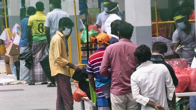 Wie beschrieben. Einige Männer tragen Schutzmasken.