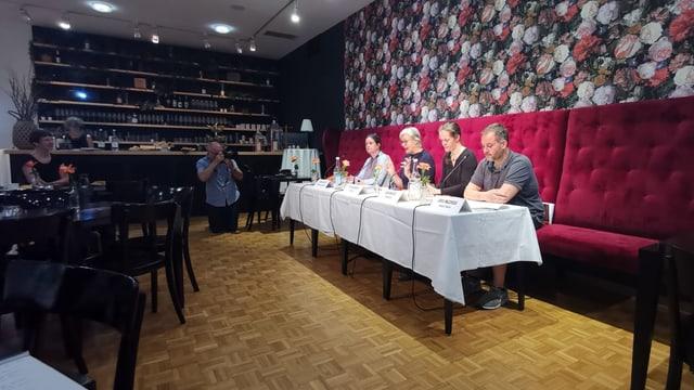 Ute Haferburg e ses collegas preschentan il program en il Café dal teater.