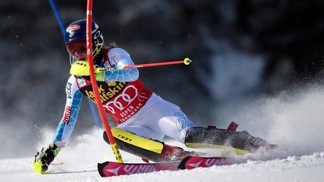 La skiunza Mikaela Shiffrin durant in slalom.