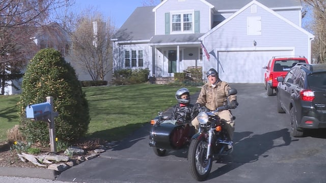 Harri beim Motorradfahren mit Ehefrau Heidi im Beiwagen.