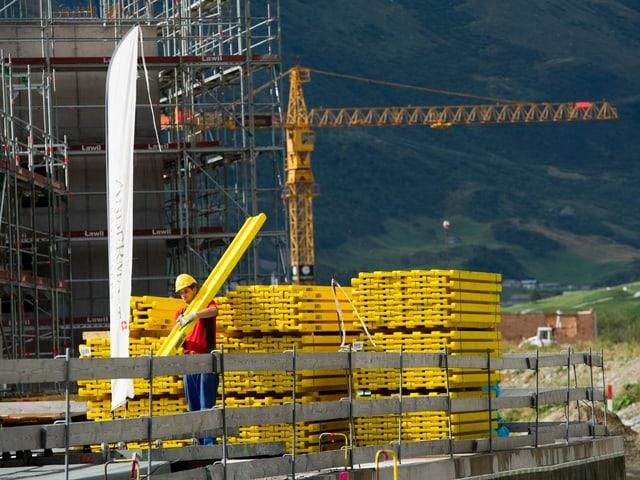 Ein Bauarbeiter bei der Arbeit auf einer Baustelle in Andermatt.