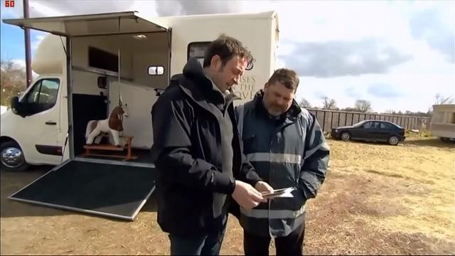 BBC Moderator Matt Allwright im Gespräch mit Pferdehändler vor Pferdetransporter mit Schaukelpferd