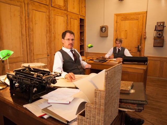Christian Thalmann und Elias Züst im Fabrikbüro