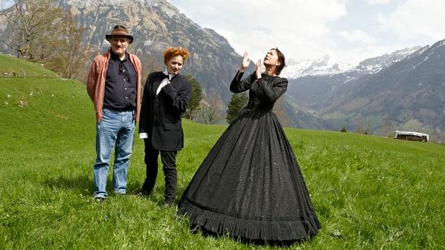 Schauspieler des Stücks «Tell trifft Wagner» auf der Wiese des Wald-Weidli in Seelisberg.