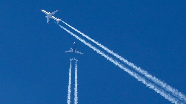 Zwei Flugzeuge kreuzen sich am Himmel. (keystone)