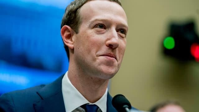 Mark Zuckerberg mit einem verkniffenen Lächeln im Gesicht.