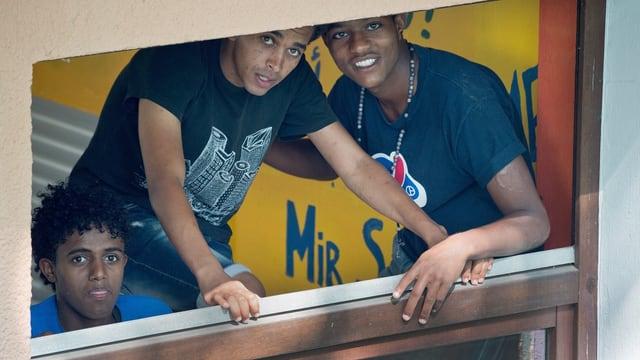 Drei eritreische Männer lachen in Kamera