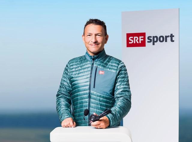 SRF-Kommentator Dani Kern am Stehpult