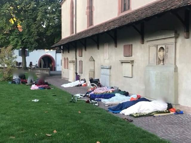Menschen übernachten in einem Park.