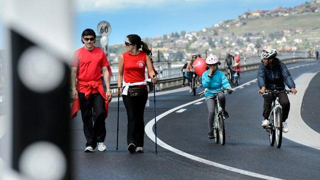 Fussgängen und Velofahrer auf der Autobahn! In diesem Fall harmlos und an einem autofreien Sonntag 2012 aufgenommen.