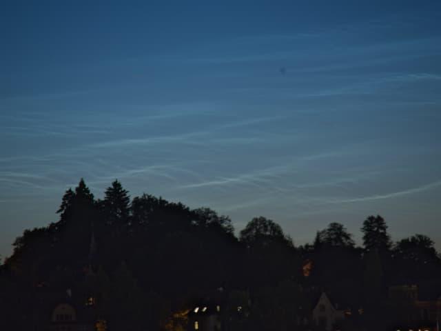 Silberne Wolken am Nachthimmel