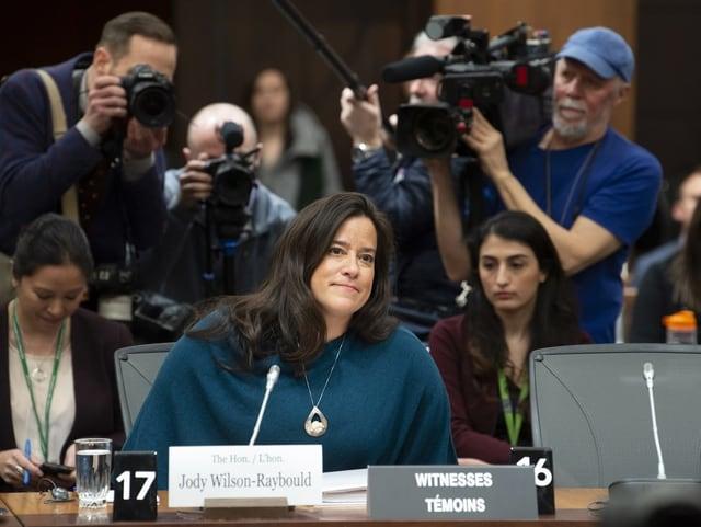 Jody Wilson-Raybould sitzt am Tisch.
