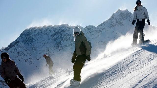 Snowboarder im Skigebiet Arosa.