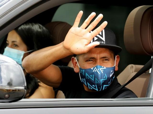 Nairo Quintana winkt am Flughafen Madrid-Barajas zum Abschied.