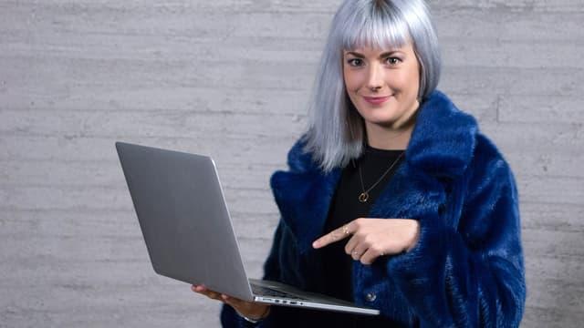 Tina Nägeli mit Laptop