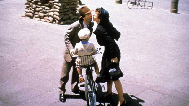 Szene aus La vita e bella: Mann und Frau küssen sich