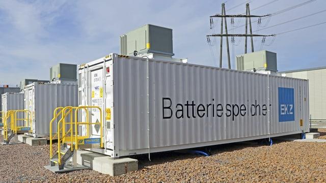 Ein grauer Schiffscontainer mit der Aufschrift Batteriespeicher EKZ