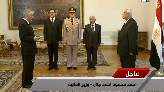 Ahmed Galal (links) wird als Finanzminister vereidigt.