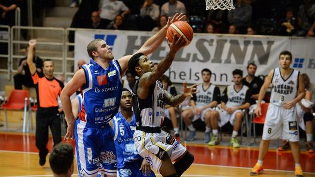 Spielszene: Zwei Spieler greifen nach oben, nach dem ball, zwei weitere schauen zu.