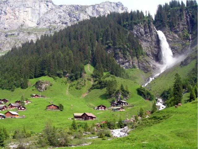 Kleines Bergdorf mit Wasserfall.