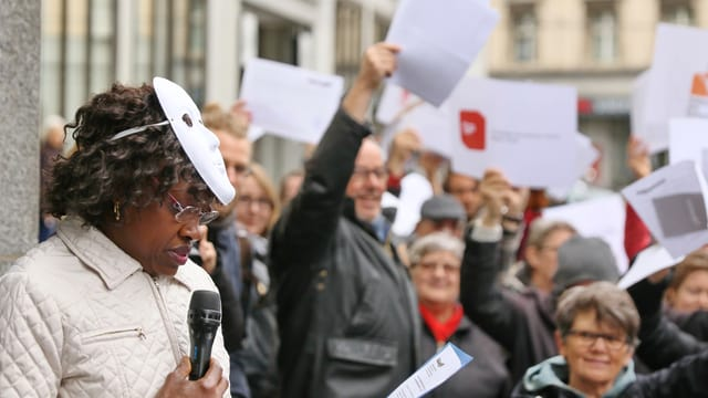 Sans Papiers und Sympathisanten bei der Übergabe der Härtefall-Gesuche vor dem Justiz- und Polizeidepartement.