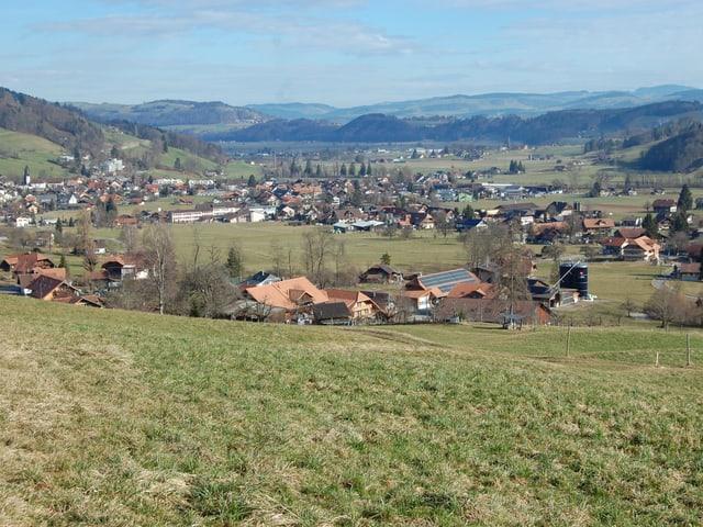 Blick auf Wattenwil mit viel Landwirtschaftsland darum herum.