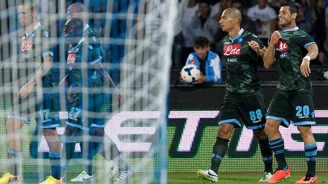 Blerim Dzemaili (ganz rechts) feiert mit Gökhan Inler (2.v.r.) das Tor zum 1:0 für Napoli.
